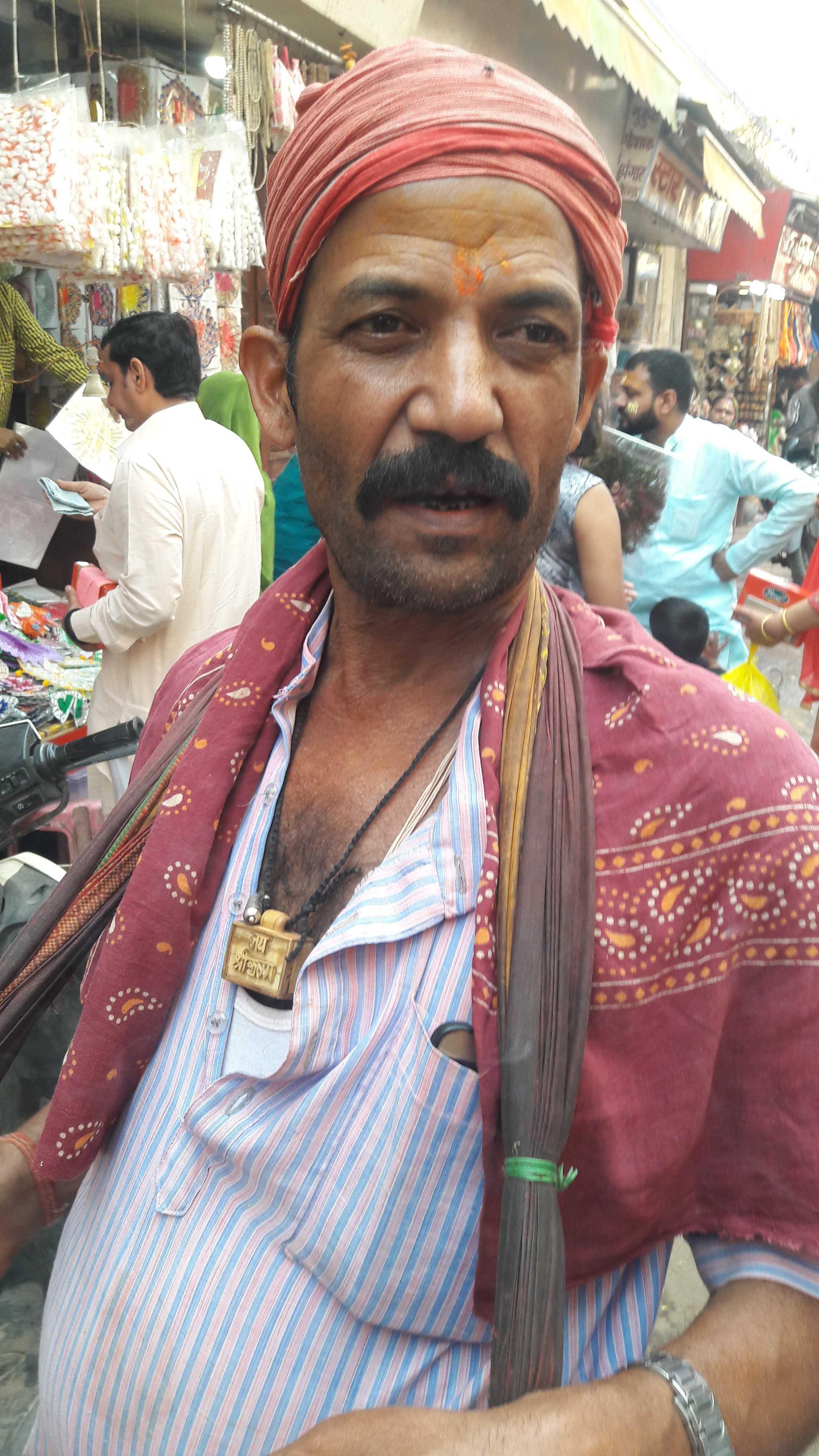 A pan-seller on foot in Vrindavan-fnbworld