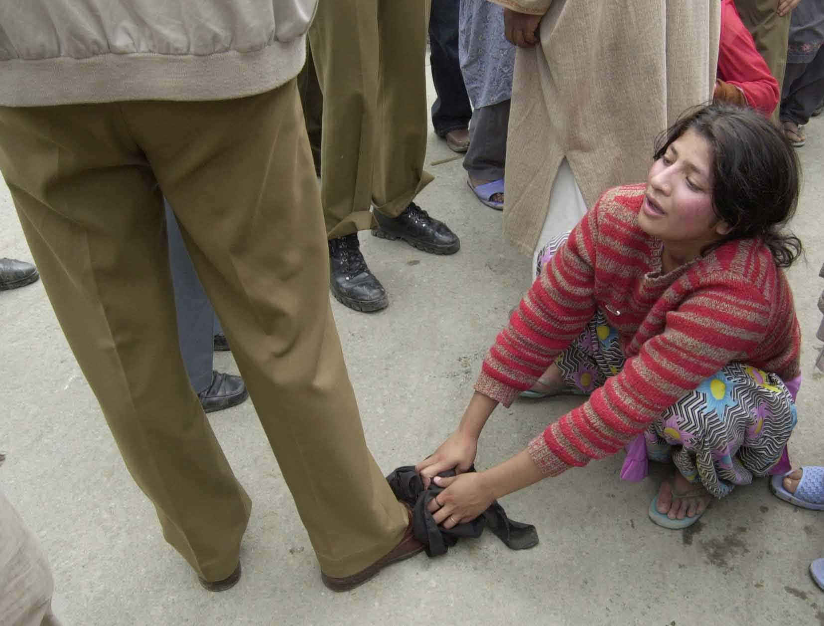 Kashmiri girl pleads with cops-fnbworld