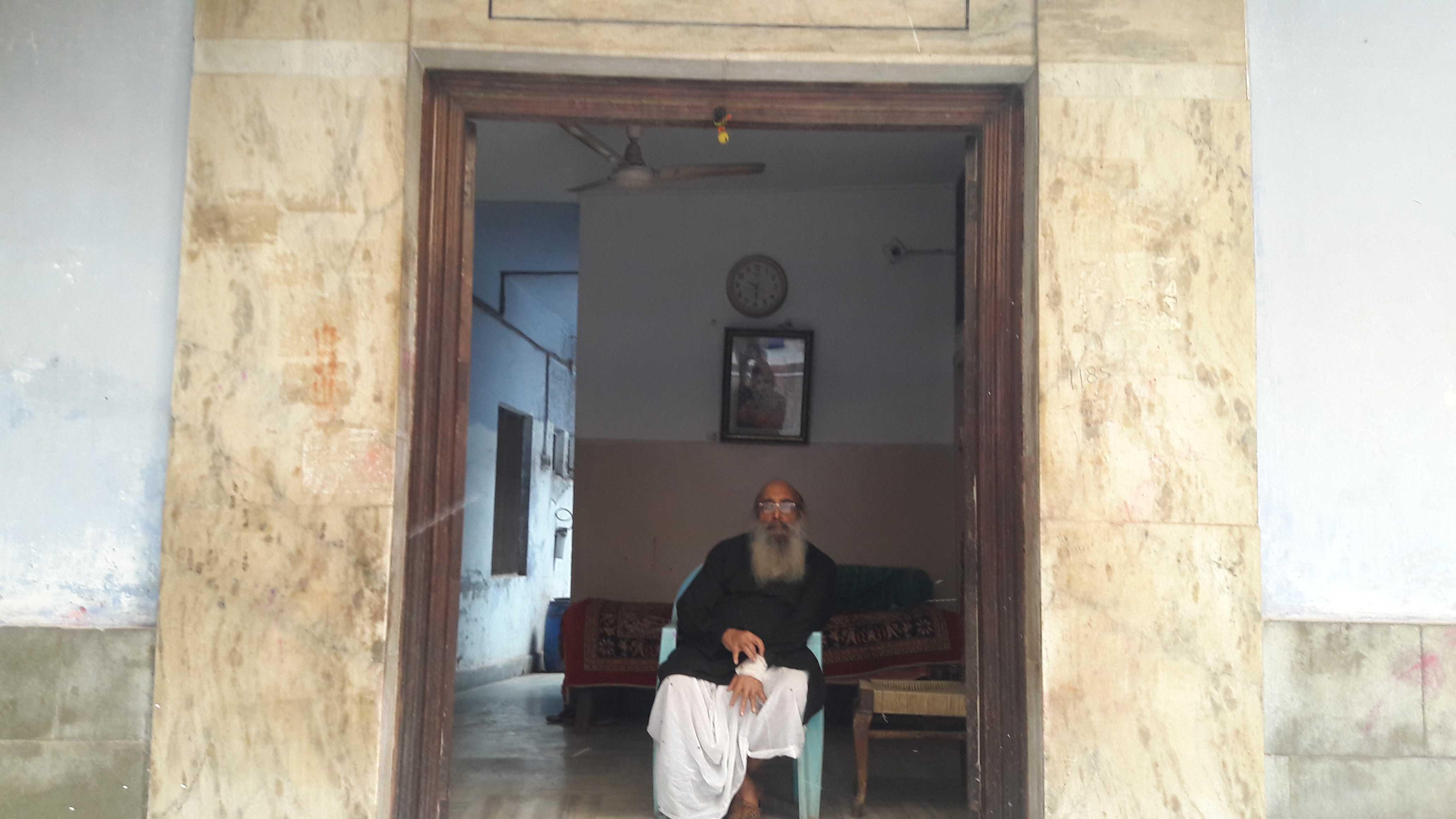 An old wisened rest house owner in vrindavan-fnbworld