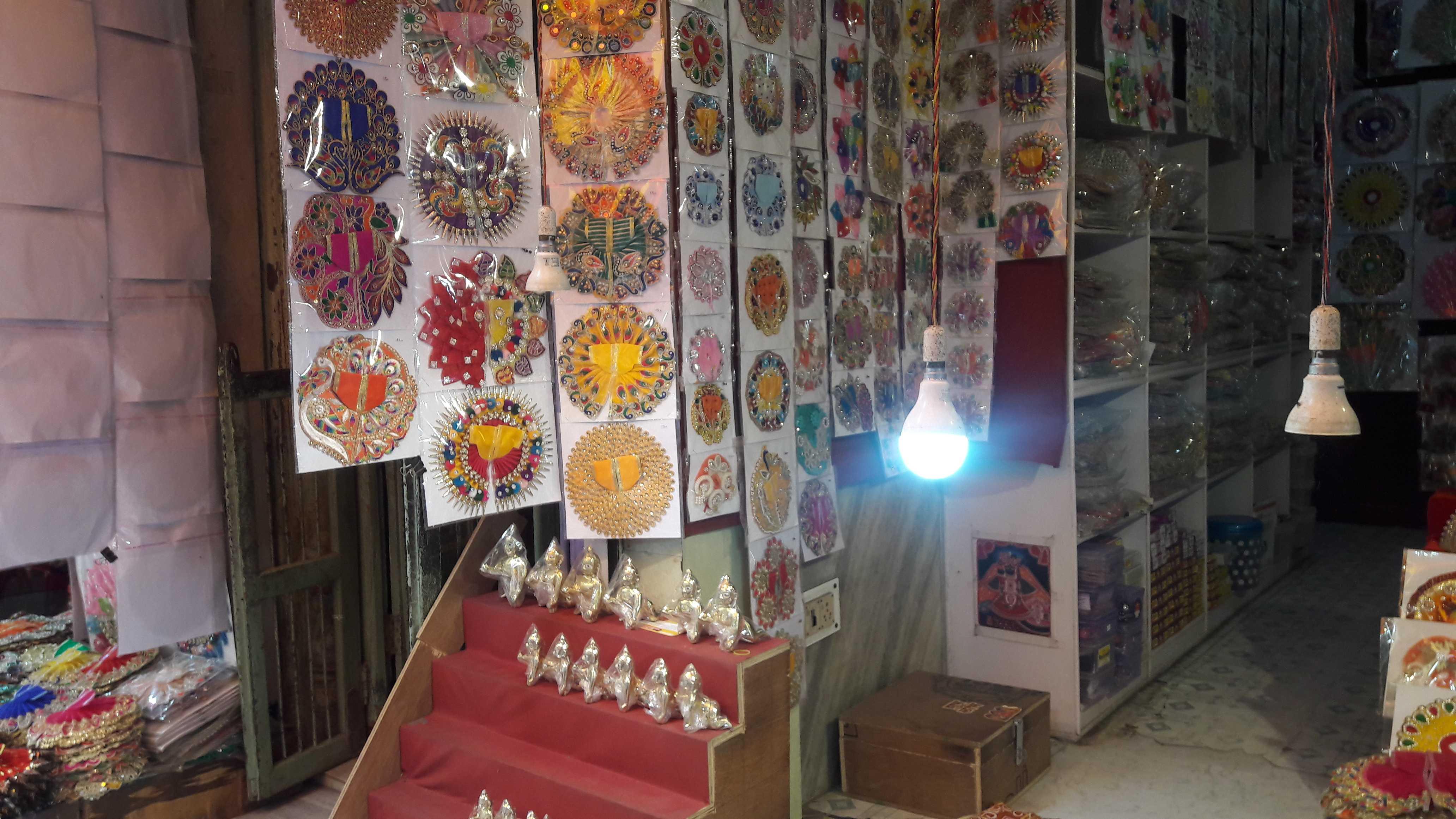 All colorful shops selling fine merchandise in vrindavan-fnbworld